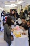 Las mujeres y los niños aprenden cómo hacer los jabones foto de archivo libre de regalías