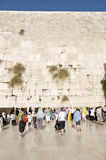 Las mujeres y los turistas de rogación acercan a la pared de Jerusalén Imagenes de archivo