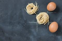 Las nadas y el concepto de la comida de las cruces con los huevos y el hogar hicieron los tallarines fotografía de archivo