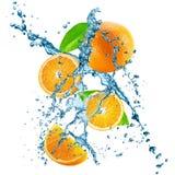 Las naranjas con agua salpican aislado en el fondo blanco Fotografía de archivo libre de regalías