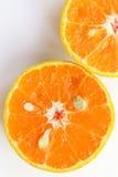 Las naranjas cortan, rebanada de naranjas frescas contra en el backgrou blanco Imagen de archivo