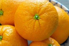 Las naranjas escogieron recientemente de los tres listos para ser comido en la tabla de cocina foto de archivo