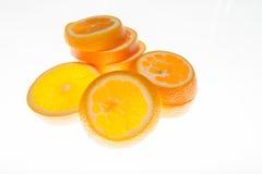 Las naranjas frescas cortaron en rebanadas finas Sed i para fresco Imagen de archivo
