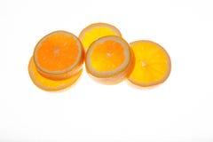 Las naranjas frescas cortaron en varios pedazos Foto de archivo libre de regalías