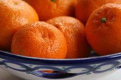 Las naranjas son plato de cerámica Foto de archivo