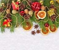 Las naranjas y los conos secados, las decoraciones de la Navidad y el spruse ramifican Imagen de archivo