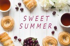 Las natillas del capítulo apelmazan la taza de té de la peonía de las flores de la cereza Copie el verano del dulce de la inscrip Fotografía de archivo libre de regalías