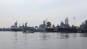 Las naves de la marina de guerra rusa en Kronstadt abrigan, se nublan la tarde de julio Rusia almacen de video