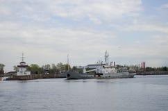 Las naves de los militares en Kronstadt Rusia Fotos de archivo