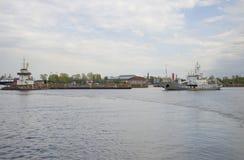 Las naves de los militares en Kronstadt Rusia Foto de archivo