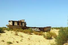 Las naves en el desierto, desastre del mar de Aral, Muynak, Uzbekistán Foto de archivo libre de regalías