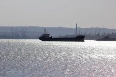 Las naves en el mar aúllan en el fondo de grúas Fotografía de archivo