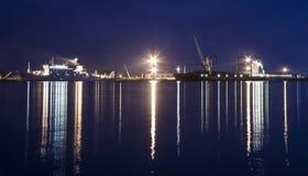 Las naves en el puerto de bakaritza teniendo en cuenta noche se encienden arca fotos de archivo