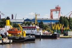 Las naves en la ciudad del emden se abrigan en Baja Sajonia Alemania fotografía de archivo