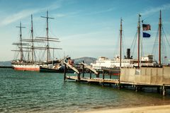 Las naves están en el embarcadero en el puerto de un paisaje hermoso Imagen de archivo