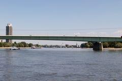 Las naves que montan debajo del puente del parque zoológico en el cologne mirado de la vista del Rin durante el barco de visita t fotos de archivo