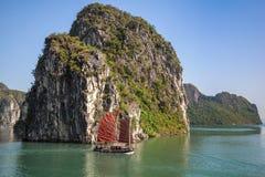 Las naves tradicionales que navegan en Halong aúllan, Vietnam