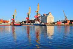 Las naves y las grúas porta se reflejan en el río Imagen de archivo libre de regalías