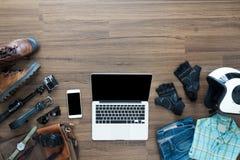 Las necesidades del Freelancer imitan para arriba en la tabla de madera en el interior casero Imágenes de archivo libres de regalías