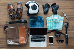 Las necesidades del Freelancer imitan para arriba en la tabla de madera en el interior casero Fotografía de archivo