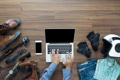 Las necesidades del Freelancer imitan para arriba en la tabla de madera en el interior casero Imagen de archivo libre de regalías