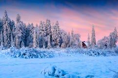 Las nevadas cubrieron los árboles y las casas en el pueblo de montaña Imagenes de archivo