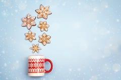 Las nevadas de los copos de nieve del pan de jengibre en la Navidad asaltan en vagos azules Fotografía de archivo