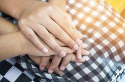 Las niñas asiáticas que llevan a cabo pares de las manos juntas muestran Relationsh Imágenes de archivo libres de regalías