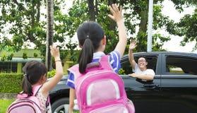Las niñas dicen adiós con el padre Imágenes de archivo libres de regalías