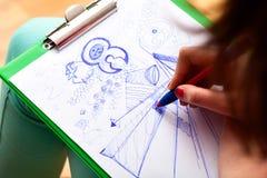 Las notas creativas del estudiante en la clase fotos de archivo