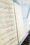 Las notas de la música sobre el piano Fotografía de archivo libre de regalías