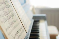 Las notas de la música sobre el piano Fotografía de archivo
