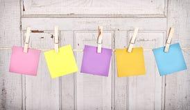 Notas pegajosas sobre una línea de ropa Foto de archivo
