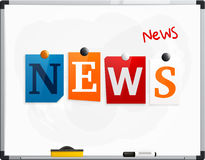 Las noticias de la palabra hechas de las letras del periódico atadas a un whiteboard o a un noticeboard con los imanes Rotulador  Imagen de archivo libre de regalías