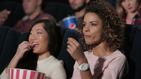 Las novias discuten la película mientras que miran almacen de video