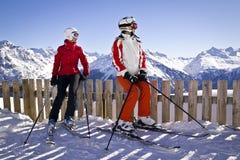 Las novias están tomando la diversión en montañas Imagen de archivo