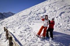 Las novias están tomando la diversión en montañas Foto de archivo libre de regalías