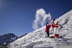 Las novias están tomando la diversión en montañas Fotos de archivo libres de regalías