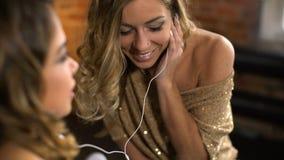 Las novias felices escuchan la música del teléfono y de la risa almacen de video