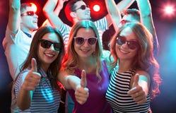 Las novias felices que muestran la AUTORIZACIÓN firman en el club nocturno fotografía de archivo