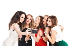Las novias hacen selfi del smartphone aisladas en blanco Imagen de archivo