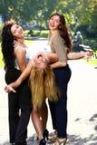 Las novias jovenes y hermosas se divierten en parque Imagen de archivo