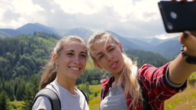 Las novias toman imágenes juntas por la tarde en las montañas almacen de metraje de vídeo