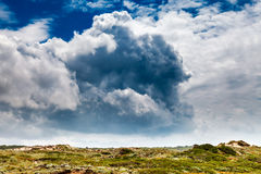 Nubes asombrosas sobre prado verde en la playa de Guincho Imagenes de archivo