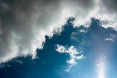 Las nubes blancas están en el cielo azul fotos de archivo libres de regalías