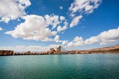 Las nubes blancas sobre un lago profundo en el cráter de un volcán extinto más allá del Zoroastrian encienden el templo Imagen de archivo
