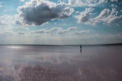 Las nubes blancas y el cielo azul reflejaron en el lago Fotos de archivo