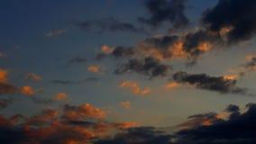 Las nubes corren rápidamente almacen de metraje de vídeo