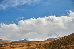 Las nubes de cúmulo blancas vienen abajo de las montañas, landsc del otoño Imagen de archivo