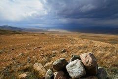 Las nubes de cúmulo blancas vienen abajo de las montañas, landsc del otoño Fotografía de archivo libre de regalías